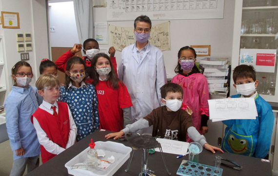 French Scientists Visit the Chemistry Lab (Bilingual Version)