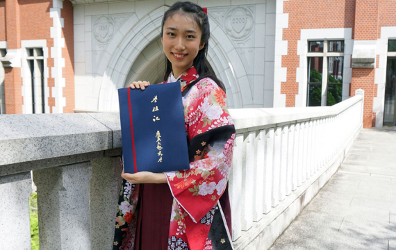 Alumna Madoka Nishina Awarded with Summa Cum Laude